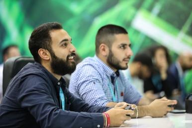 محمد البنا (يسار) وسعيج شرف (يمين) خلال حلقة نقاش في جناح الرياضة الإلكترونية في كابسات